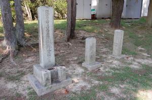 左から鎌倉少尉の墓碑、謎の墓碑、南保大尉の墓碑