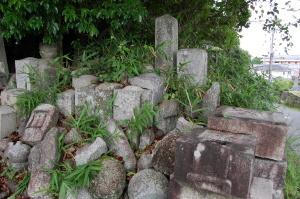戦死者の墓碑に早すぎる死が訪れるとき