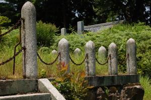 忠魂碑の周りを砲弾型の支柱が取り巻く