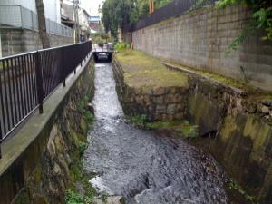 小さな河川が町を流れていますが・・・・