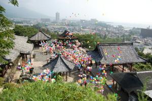 三井寺での原爆慰霊法要で風船を放つ