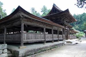 静かな境内と林にかこまれた荘厳な油日神社
