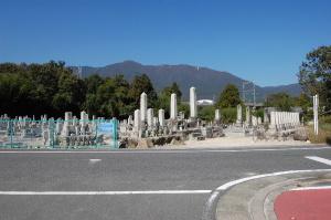 北比良の墓地:戦死者の墓碑が目立ちます