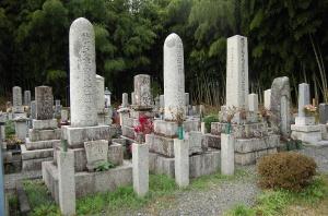 今津町弘川霊苑には2柱の砲弾型墓碑があります