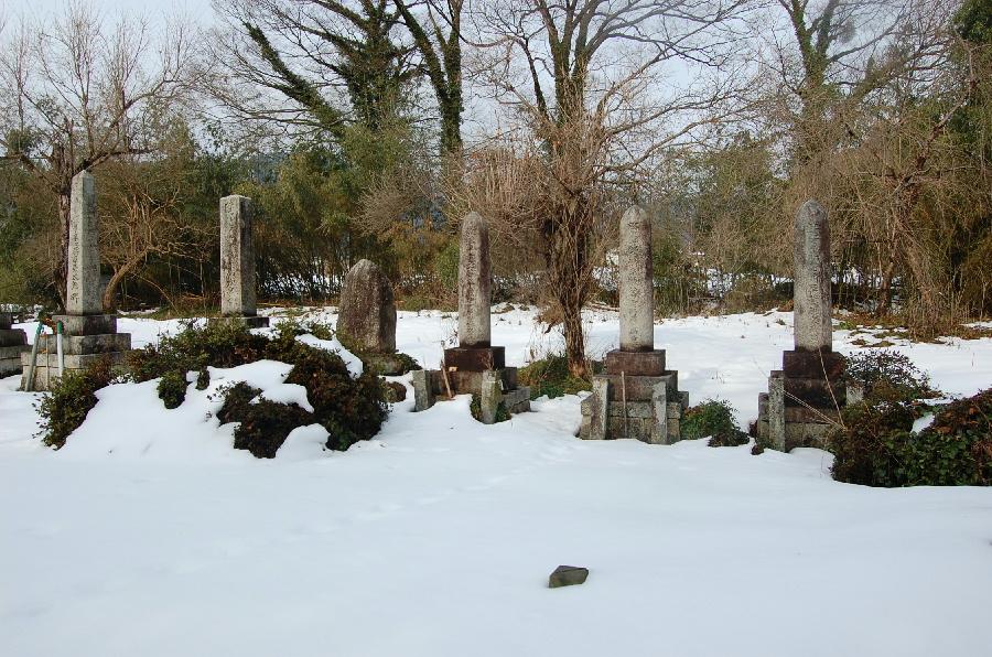 今津町深清水の墓地(3柱の砲弾型墓碑がある)