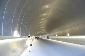 不思議なトンネルを抜けると美術館