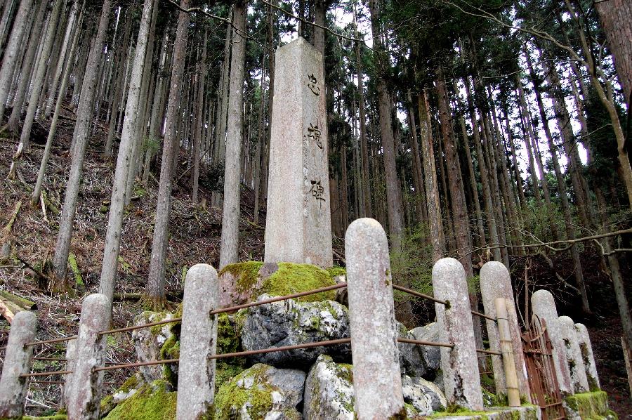 朽木村の忠魂碑の柵の柱はすこし丸めです