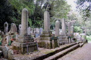 結界をしめす鳥居の内側に3柱の砲弾型墓碑が見える