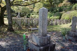 K069の墓碑:背後に見えるのは日清戦争へ出征し戦病死した兵卒の墓地(Eブロック)