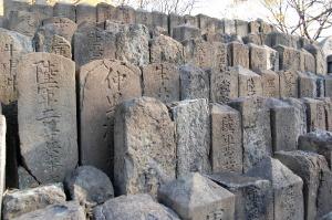空襲により破壊された墓碑が集められた場所@旧真田山陸軍墓地