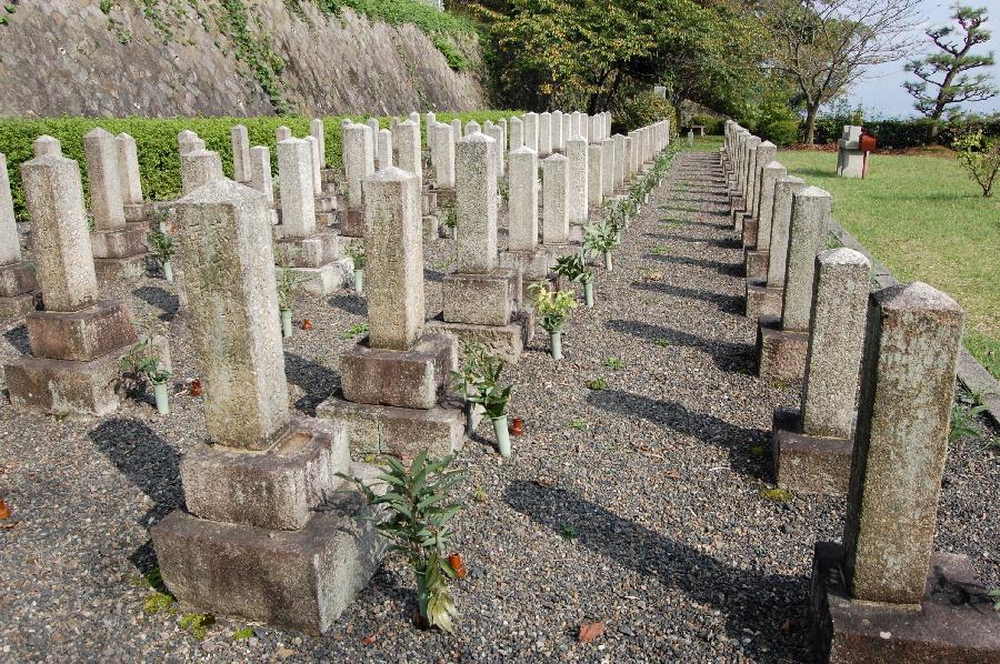 台石は1列目は1段、2列目以降は2段@旧大津陸軍墓地Lブロック