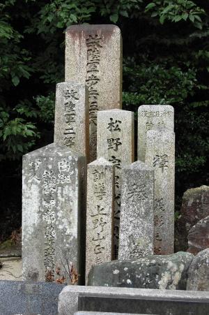無縁塚に置かれた戦死者の墓碑群