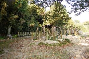 宮野の共同墓地  ~普通の死者と戦没者の墓碑~