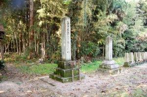 宮野墓地の日清戦争(左)と日露戦争(右)の個人墓碑