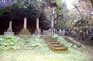 南古賀の墓地にむかう途中に戦没者の墓地ある