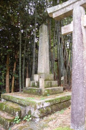 鳥居よりも背の高い「陸軍輜重輸卒山崎松蔵碑」@田中墓地