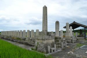 民間墓地に並ぶ戦死者の墓碑(高島市安曇川町)