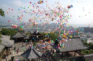原爆慰霊祭で大空に放たれた色風船