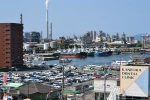 徳山港を15分停車の新幹線駅から物珍しげに眺めました