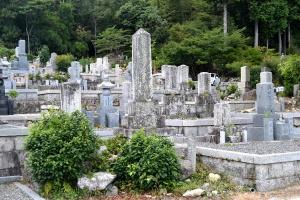 墓地のなかの日露戦争の墓碑(中央)