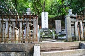木戸孝允の墓碑