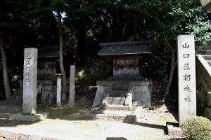 「霊山招魂社」の碑のとなりに、「山口藩招魂社」の碑がありました。