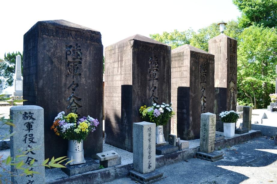 3柱の「陸軍々人合葬之墓」