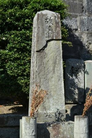 崩壊した日露戦争の墓碑